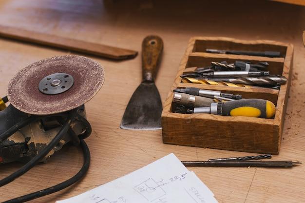 Rzemieślnik pracuje w swojej przestrzeni roboczej