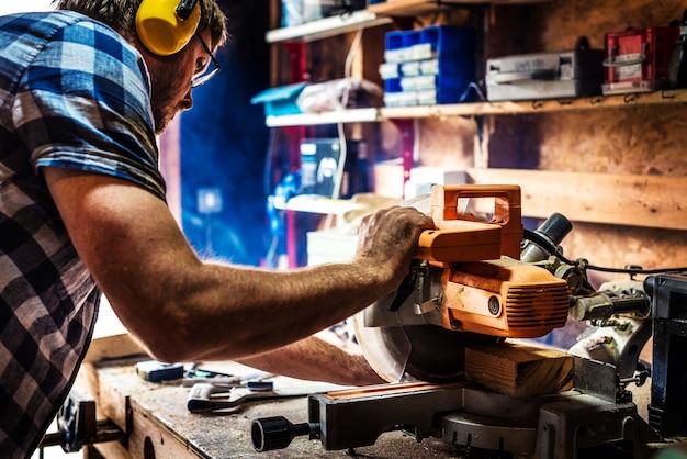 Rzemieślnik pracuje z drewnem