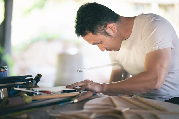 Rzemieślnik robiąc gitarę na drewnianym stole, koncepcja pracy capenter