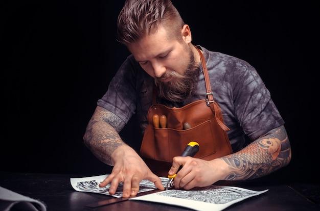 Rzemieślnik skór wytwarza dobry produkt w miejscu pracy.