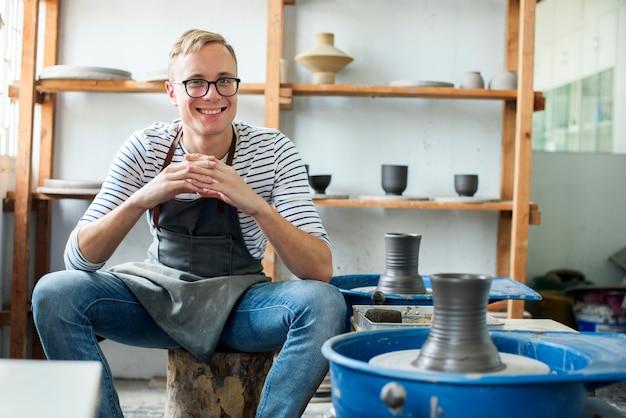 Rzemieślnik w sklepie z ceramiką