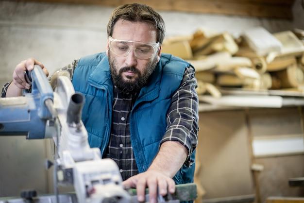 Rzemieślnik warsztat ciesielski z narzędziami