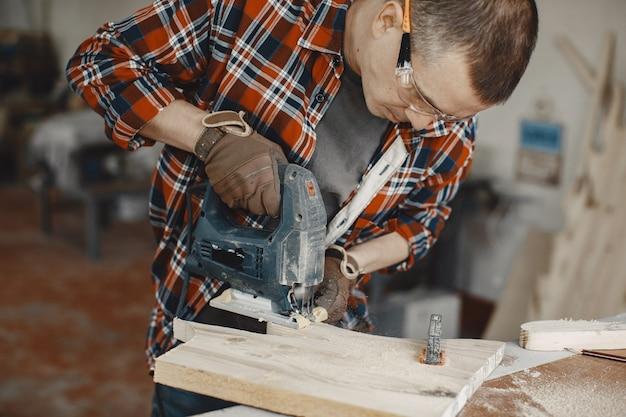 Rzemieślnik za pomocą piły tarczowej
