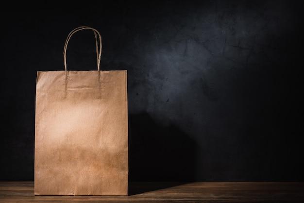 Rzemiosło papierowa torba na zakupy na drewnianym stole