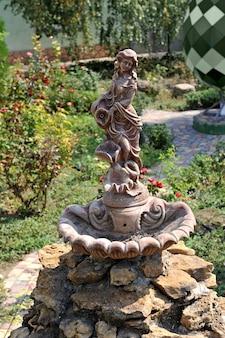 Rzeźba dekoracyjna dziewczynki z dzbanem do fontanny parkowej.