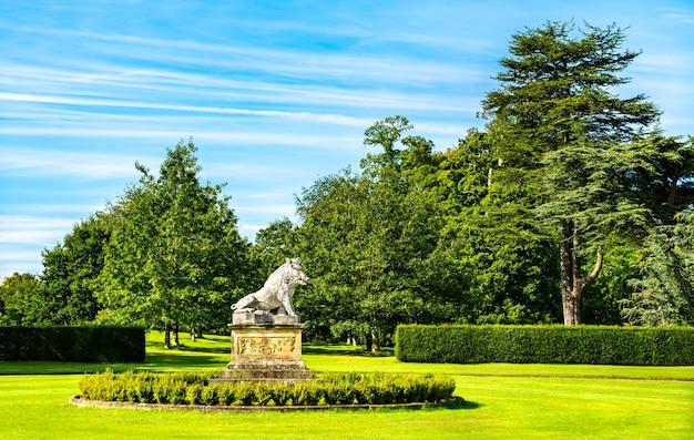 Rzeźba dzika w ogrodach zamku howard w north yorkshire, anglia