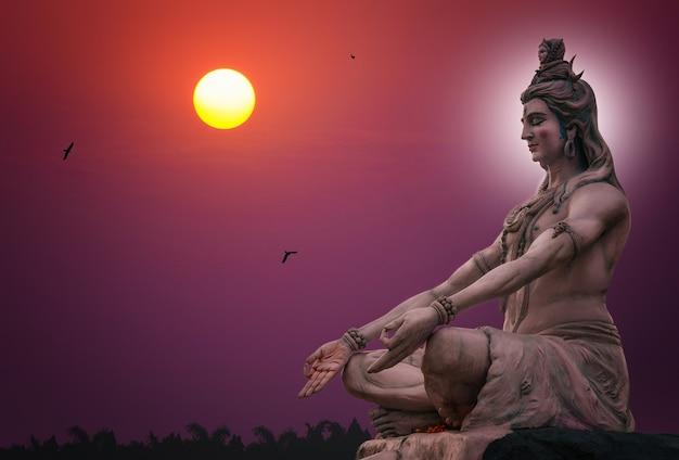 Rzeźba hinduskiego boga shivy siedzącego w medytacji