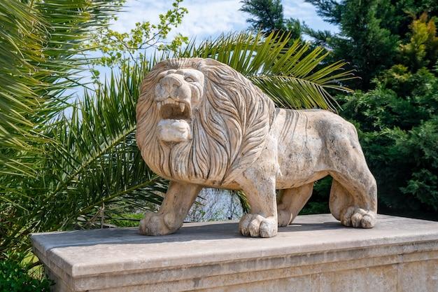 Rzeźba lwa w małym miasteczku poti w stanie georgia
