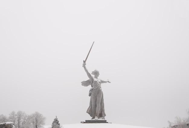 """Rzeźba, największa na świecie, """"ojczyzna"""" na kurhan mamajewa w mieście wołgograd"""