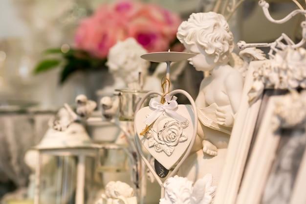 Rzeźba ogrodowa serca i małego anioła