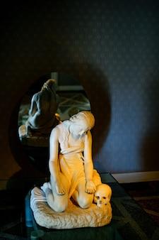 Rzeźba pokutującej marii magdaleny w willi nad jeziorem como we włoszech.
