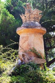 Rzeźba w labyrinth park of horta w barcelonie