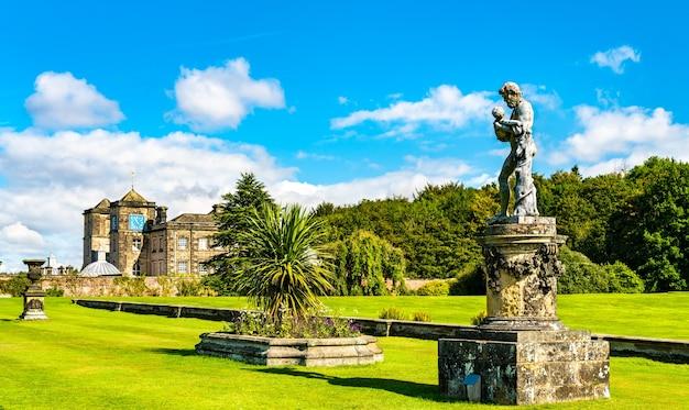 Rzeźba w ogrodach zamku howard w hrabstwie north yorkshire w anglii