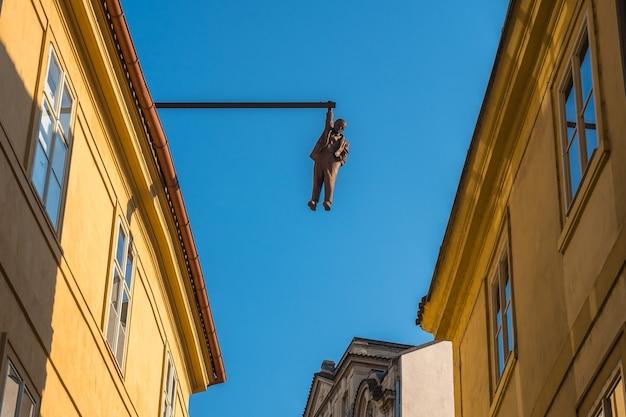 Rzeźba wiszącego człowieka autorstwa słynnego czeskiego rzeźbiarza