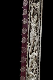 Rzeźbiąca na drzwi świątyni, wat xieng thong świątyni, luang prabang, laos