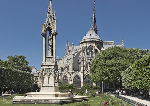 Rzeźbiarska fontanna matki bożej za katedrą notre dame de paris france 2018