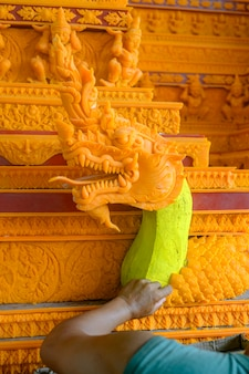 Rzeźbiarz kleił się woskiem. aby zrobić zamek woskowy dołącz do festiwalu parady zamku woskowego w sakon nakhon w tajlandii