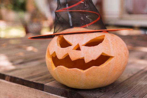 Rzeźbiona dynia z bliska kapelusz czarownicy