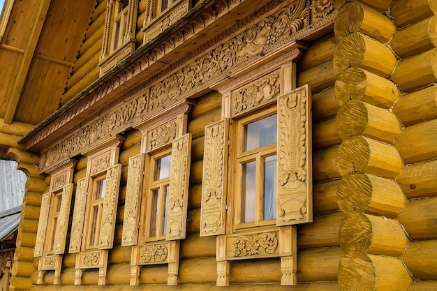 Rzeźbione dekoracje okienne ozdobne wzory na starym domu gorodets rosja