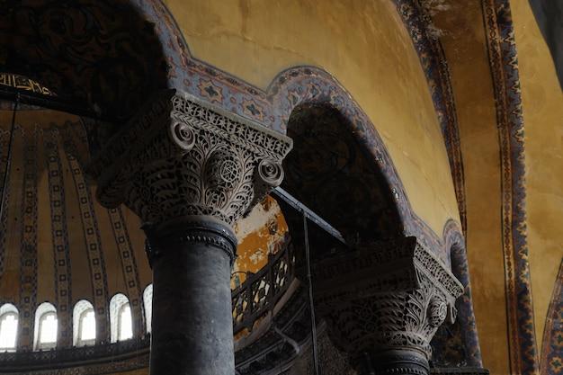Rzeźbione kolumny i ozdoby w muzeum hagia sophia.