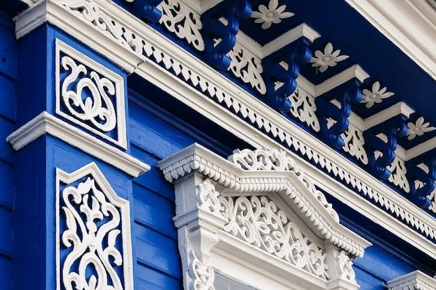 Rzeźbione wzory dekoracji okien na starym domu gorodets rosja