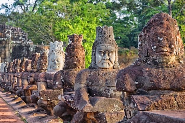 Rzeźby demonów azji. sfotografowany w kompleksie świątynnym angkor wat w kambodży