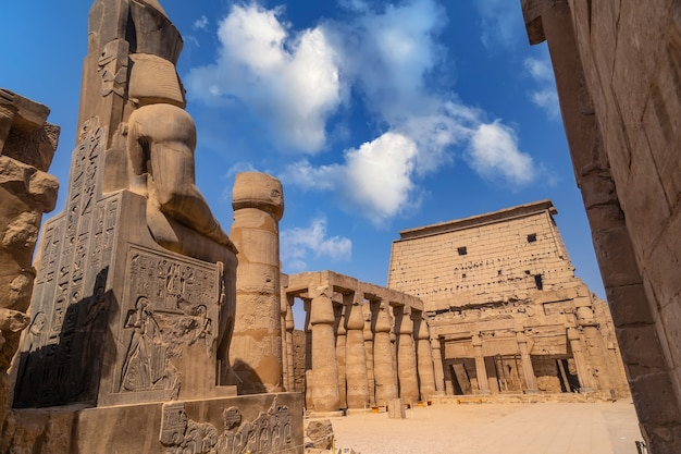 Rzeźby faraonów w egipskiej świątyni w luksorze i jej cenne kolumny. egipt