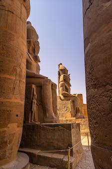 Rzeźby faraonów w egipskiej świątyni w luksorze i jej cenne kolumny