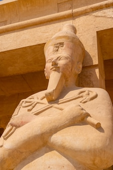 Rzeźby faraonów wchodzących do świątyni grobowej hatszepsut w luksorze. egipt