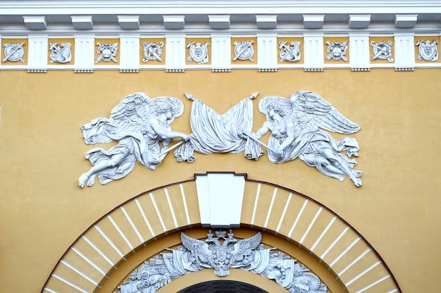 Rzeźby na budynku głównej admiralicji w sankt-petersburgu w rosji