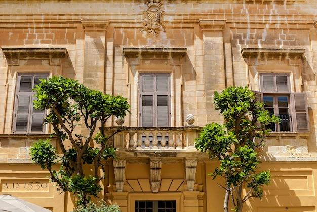 Rzeźby na elewacjach budynków i architekturze miasta mdina na malcie. zabytki wyspy malta