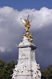 Rzeźby na zewnątrz pałacu buckingham, anglia