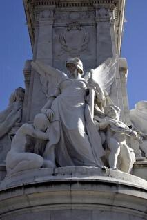 Rzeźby na zewnątrz pałacu buckingham, miasta