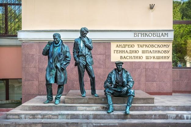 Rzeźby w pobliżu vgik na vdnkh w moskwie w letni dzień. podpis: członkowie vgik a. tarkovsky, g. shpalikov, v. shukshin