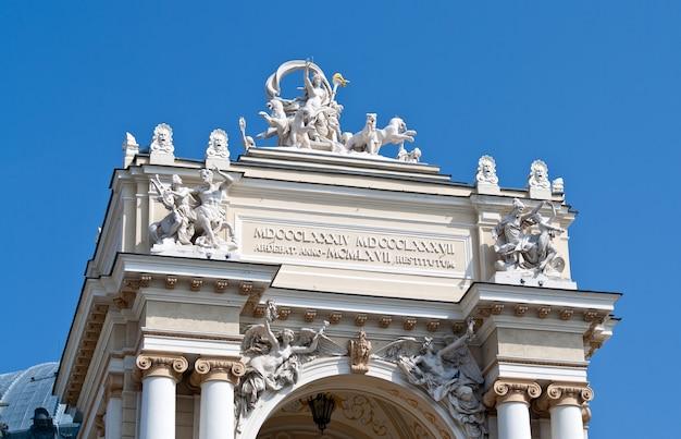 Rzeźby w teatrze opery i baletu w odessie. ukraina
