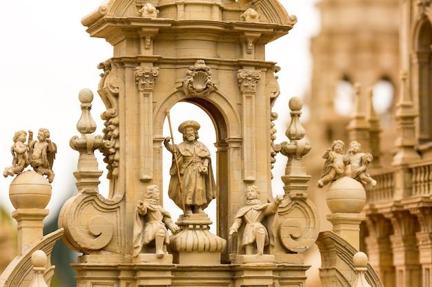 Rzeźby zdobiące starożytny budynek, miniatura plenerowa, europa. mini figurki z wysokim rozszczepieniem przedmiotów, realistyczna diorama, model zabawkowy