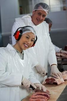 Rzeźnik rozbioru mięsa w fabryce mięsa