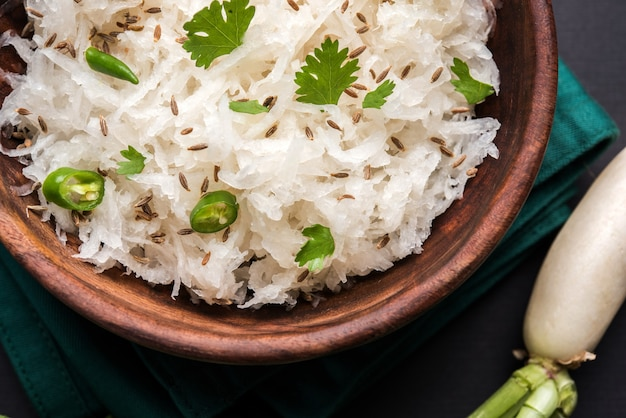Rzodkiew raita lub daikon lub mooli koshimbir to przyprawa z subkontynentu indyjskiego, zrobiona z dahi lub twarogu