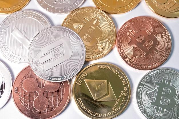 Rzuć monetą na inne monety. koncepcja wirtualnej kryptowaluty.