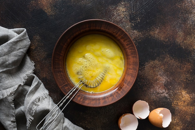 Rzuca kulą z jajka żółtkiem na stole