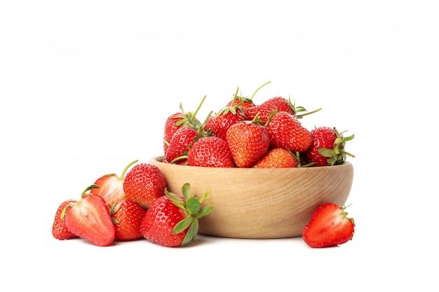 Rzuca kulą z smakowitą truskawką odizolowywającą na białym tle. letnia jagoda