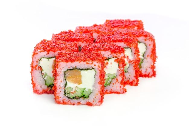 Rzuca pyszne sushi na białym tle.