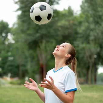 Rzucanie piłką kobieta widok z boku