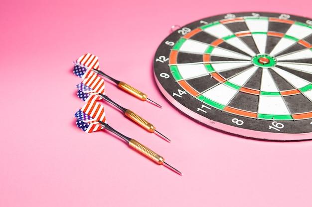 Rzutki i rzutki na różowo. koncepcja celu