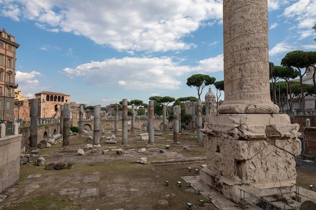 Rzym, włochy - 19 czerwca 2018: panoramiczny widok na forum trajana i kolumnę w rzymie. letni dzień i błękitne niebo