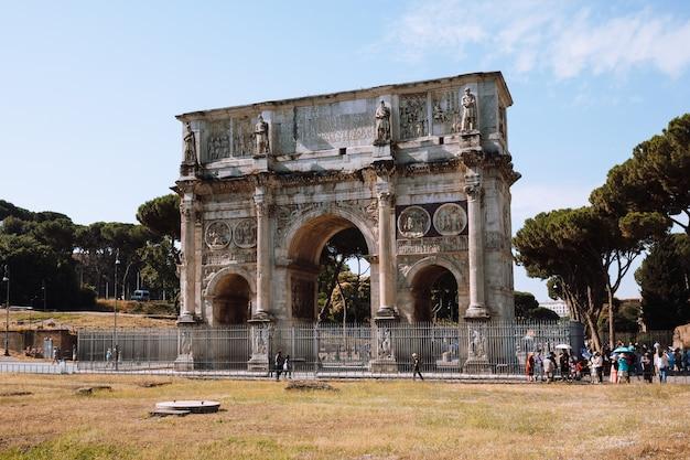 Rzym, włochy - 20 czerwca 2018: łuk triumfalny konstantyna w rzymie, położony między koloseum a palatynem