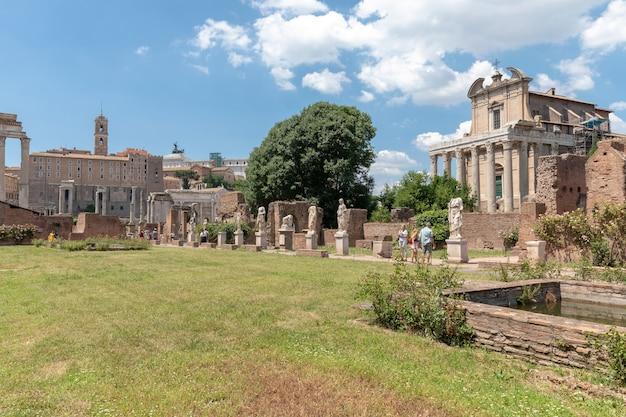 Rzym, włochy - 20 czerwca 2018: panoramiczny widok na forum romanum, znany również przez forum romanum lub foro romano. jest to forum otoczone ruinami starożytnych budynków rządowych w centrum rzymu