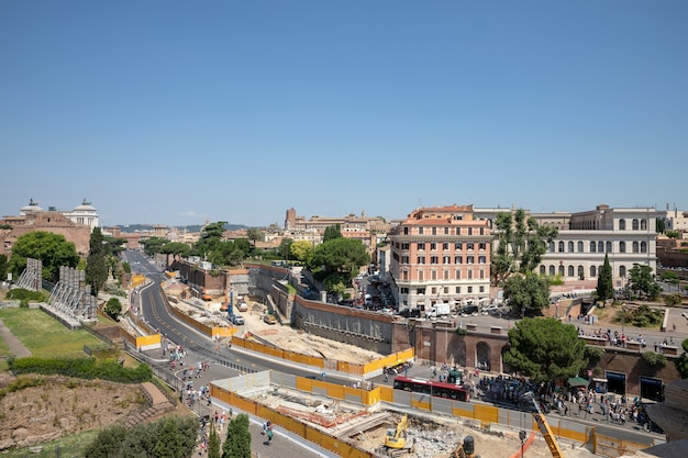 Rzym, włochy - 20 czerwca 2018: panoramiczny widok na rzym. letni słoneczny dzień i błękitne niebo