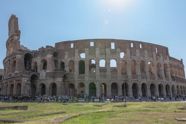 Rzym, włochy - 20 czerwca 2018: panoramiczny widok na zewnątrz koloseum w rzymie. letni dzień z błękitnym i szarym niebem