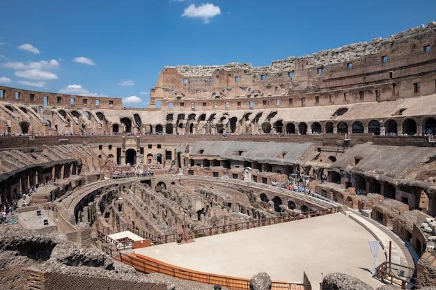 Rzym, włochy - 20 czerwca 2018: panoramiczny widok wnętrza koloseum w rzymie. letni dzień z niebieskim i słonecznym niebem
